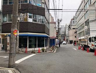1つ目の信号を三井住友銀行側へ渡り、更に直進する