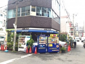 ⑤正面に「アトラス」という喫茶店が見えてきます。その隣がマレア大阪心斎橋店です。